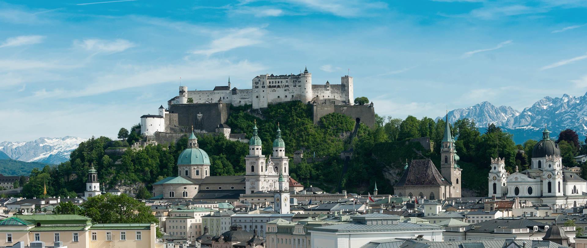 https://images.panoramatours.com/pt/focus/46/33/1920/810/user_upload/Sehenswuerdigkeiten/Salzburg/Salzburg_-_Stadtansicht_mit_Festung_Hohensalzburg_1__c__Tourismus_Salzburg.jpg